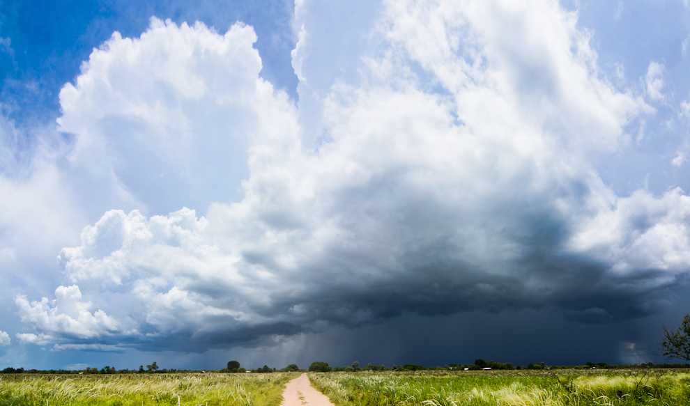 Una lluvia parcial es vista a lo lejos del campo que comprende la frontera entre los departamentos Boquerón y Presidente Hayes del chaco paraguayo, durante nuestro regreso. (Elton Núñez)