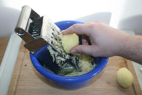 12 - Kartoffeln reiben / Grate potatoes