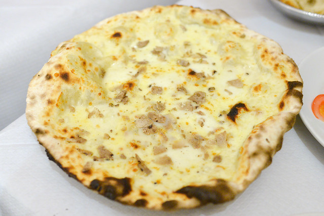 Pizza con Tartufo Bianco pizza with mozzarella cheese and white truffle