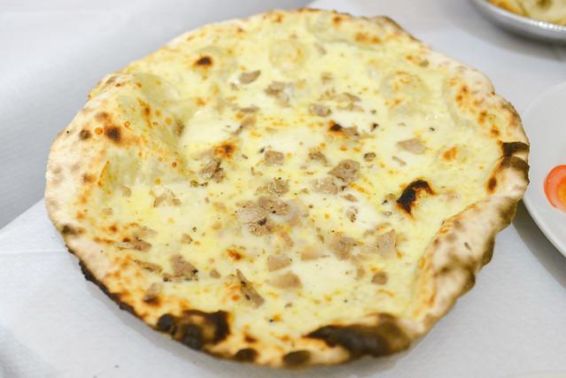 Pizza con Tartufo Bianco pizza with mozzarella cheese and white truffle