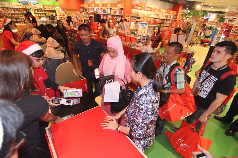 Guests & media queue up to redeem their RM200 vouchers for the children's gifts