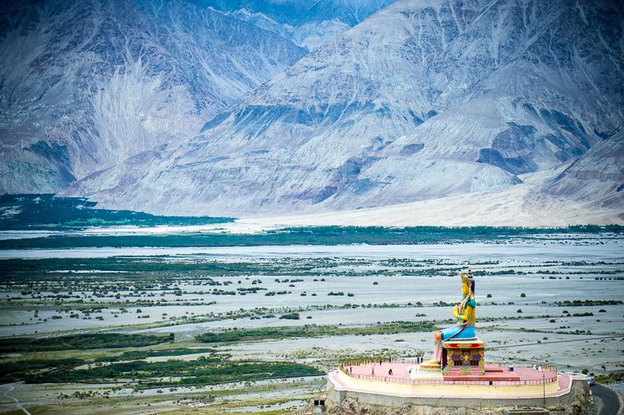 Огромная статуя Майтрейи рядом с монастырем Дискит. Долина Нубра, Ладакх © Kartzon Dream - авторские путешествия, авторские туры в Индию, тревел фото, тревел видео, фототуры
