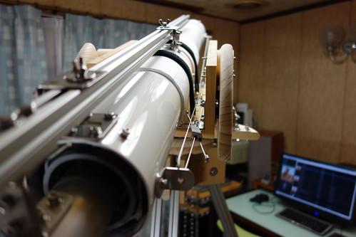 astronomical telescope_33 自作の天体望遠鏡の写真。鏡筒の白い塗装が照明を反射して光沢を放っている。