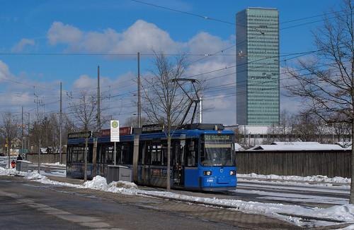 R2 2164 vor der Kulisse des Uptown München