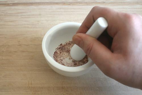 16 - Safranfäden mörsern / Grind saffron