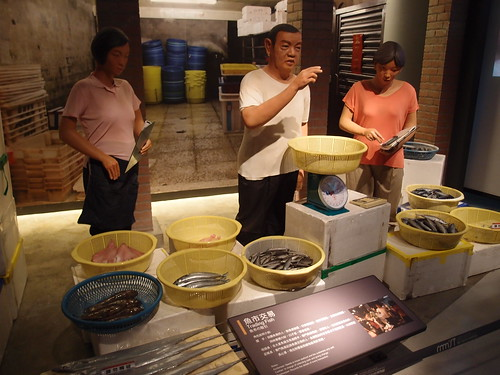 區域探索館內栩栩如生的塑像,展示出漁業文化的常民生活。攝影:詹嘉紋。
