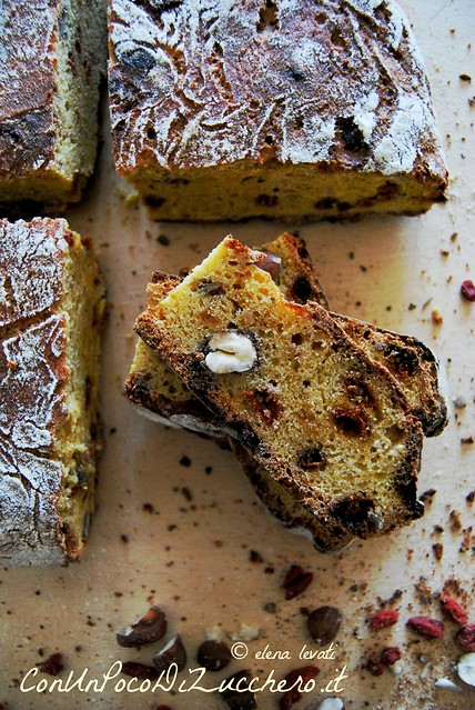 Pane semi dolce con goji, nocciole e miele - Semi sweet bread