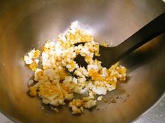 ゆで卵は粗くつぶします