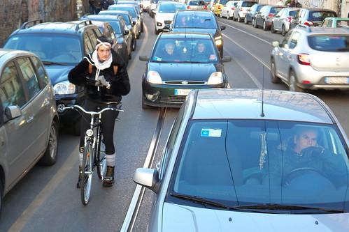 Una bicicletta e tante auto