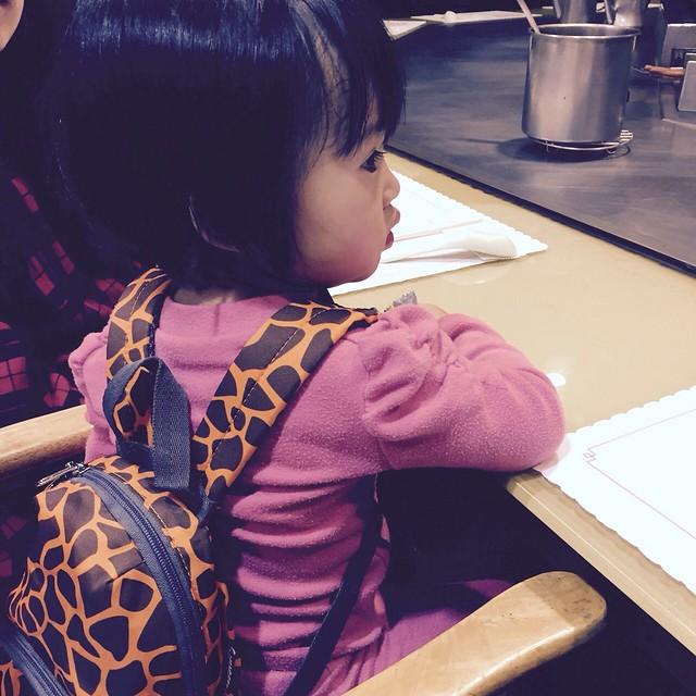 背上是舅媽在ASAP訂來送她的hugger防走失背包