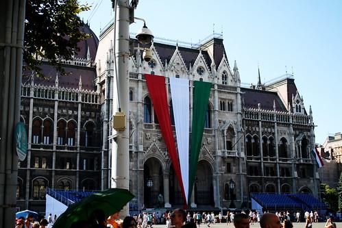 hungarian flag parliament building