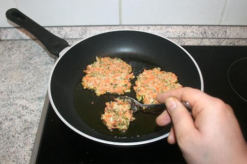 36 - Teig Esslöffelweise in Pfanne geben / Add dough by spoonfuls