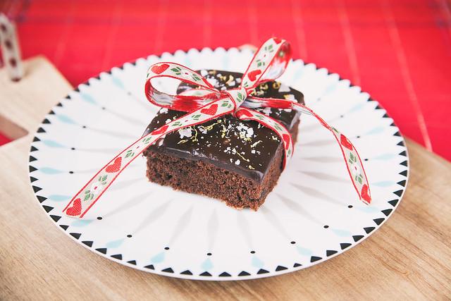 Vegansk kladdkaka täckt av choklad- och lakritskola