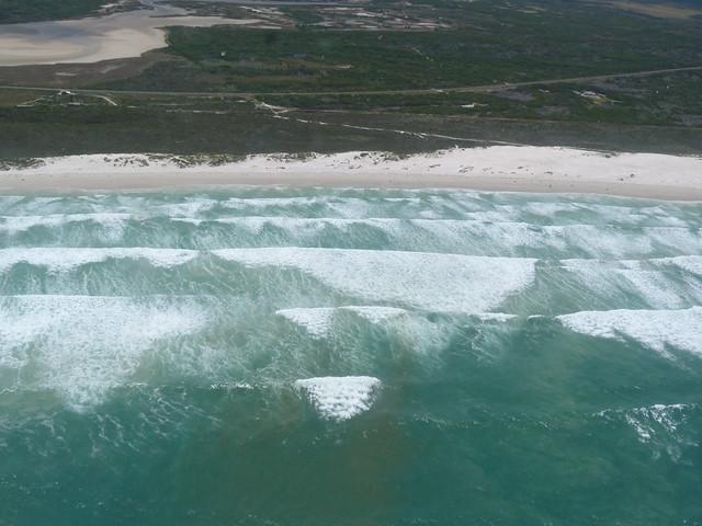 Playa de Walker Bay en la Costa de las ballenas (Sudáfrica) a vista de avioneta