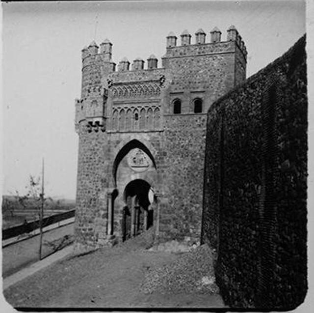 Puerta del Sol en 1902. Fotografía de Augusto T. Arcimis © Fototeca del IPCE, MECD. Signatura ARC-0702_P