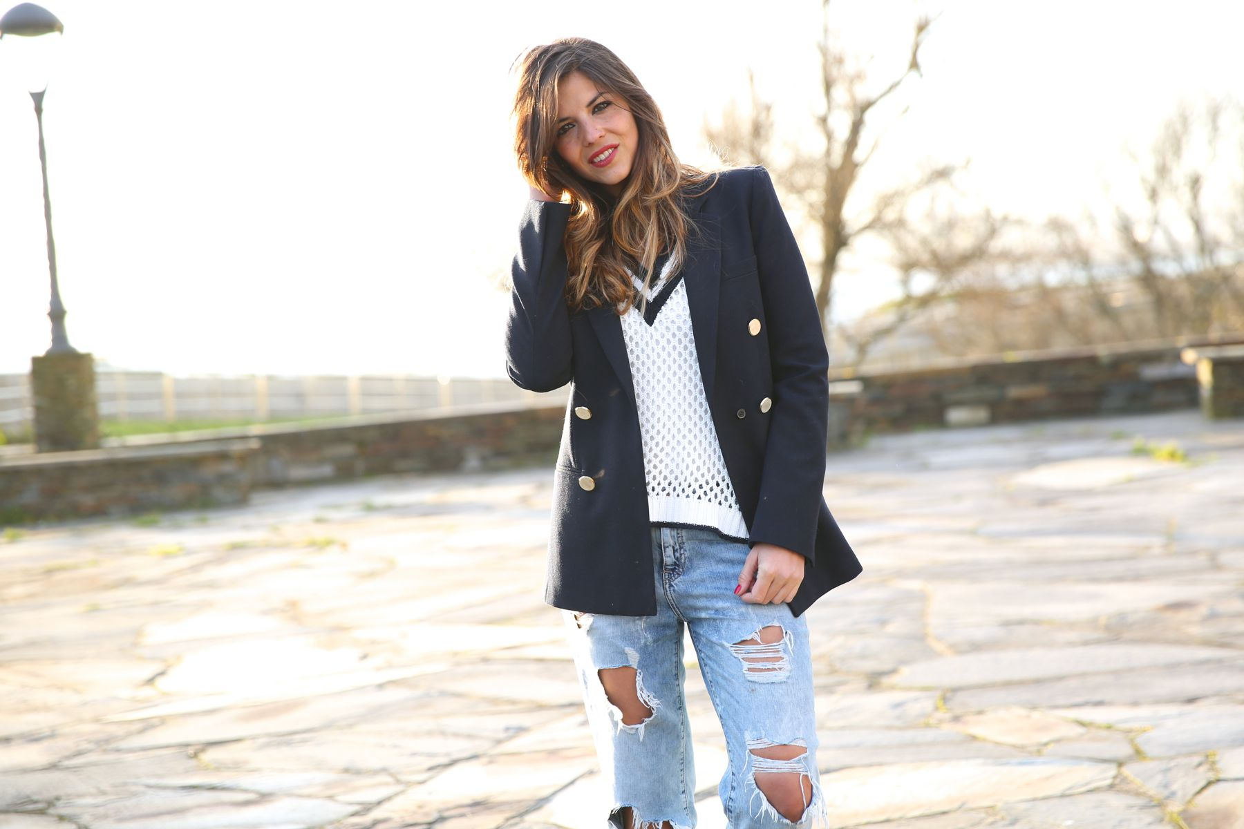 Look sport con jersey navy, blazer, vaqueros boyfriend rotos y Stan Smith