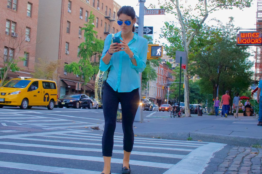 New Yorkers prefer to look cool and stylish, and just pretend they can read their smartphone ...