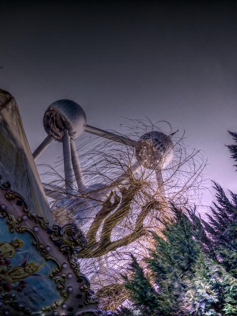 La main qui voulait attraper l'Atomium - The hand that wanted to catch the Atomium
