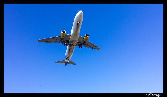 Que hacer en El Prat de Llobregat - Avión aterrizando en aeropuerto el Prat