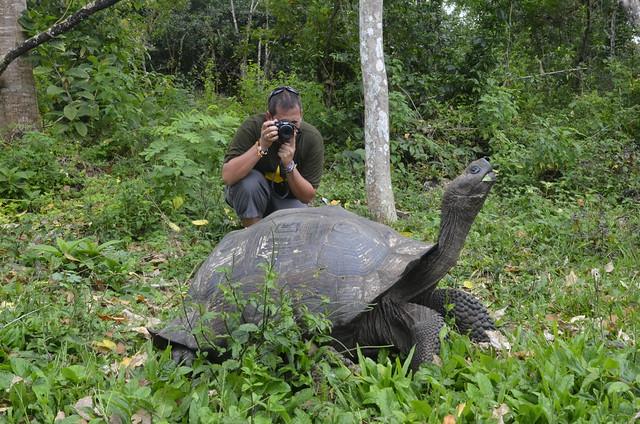 Sele fotografiando una tortuga gigante de Galápagos