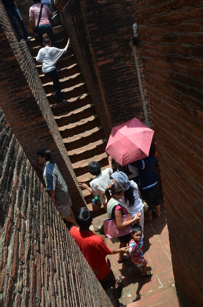 Una de las empinadísimas escaleras para subir a lo alto de los templos de Ayutthaya