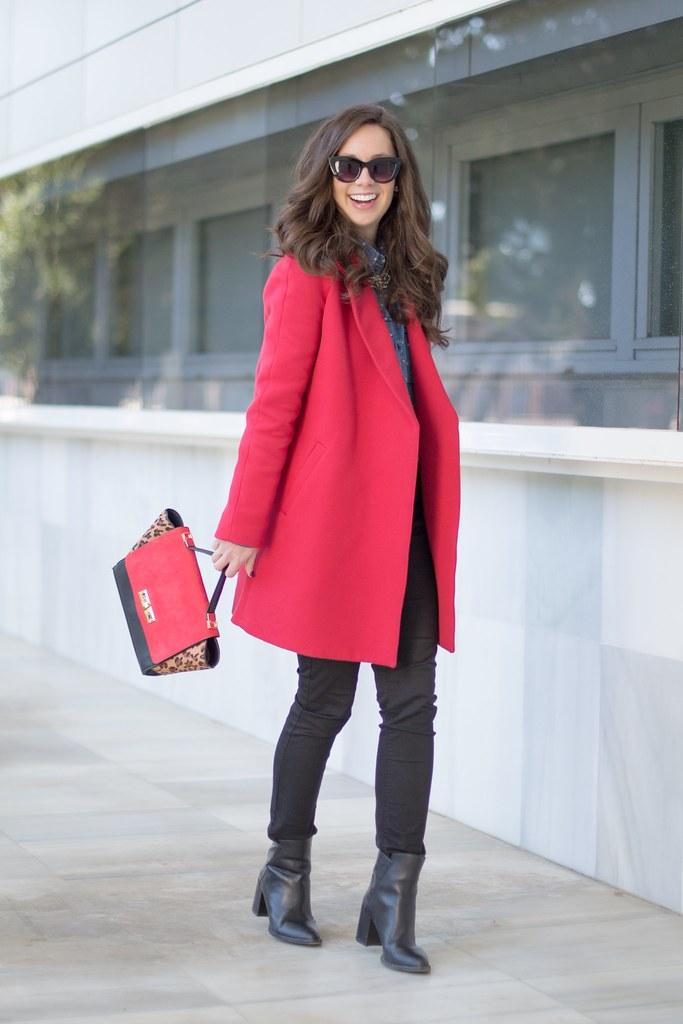 Cómo combinar un abrigo rojo y conseguir un look de 10