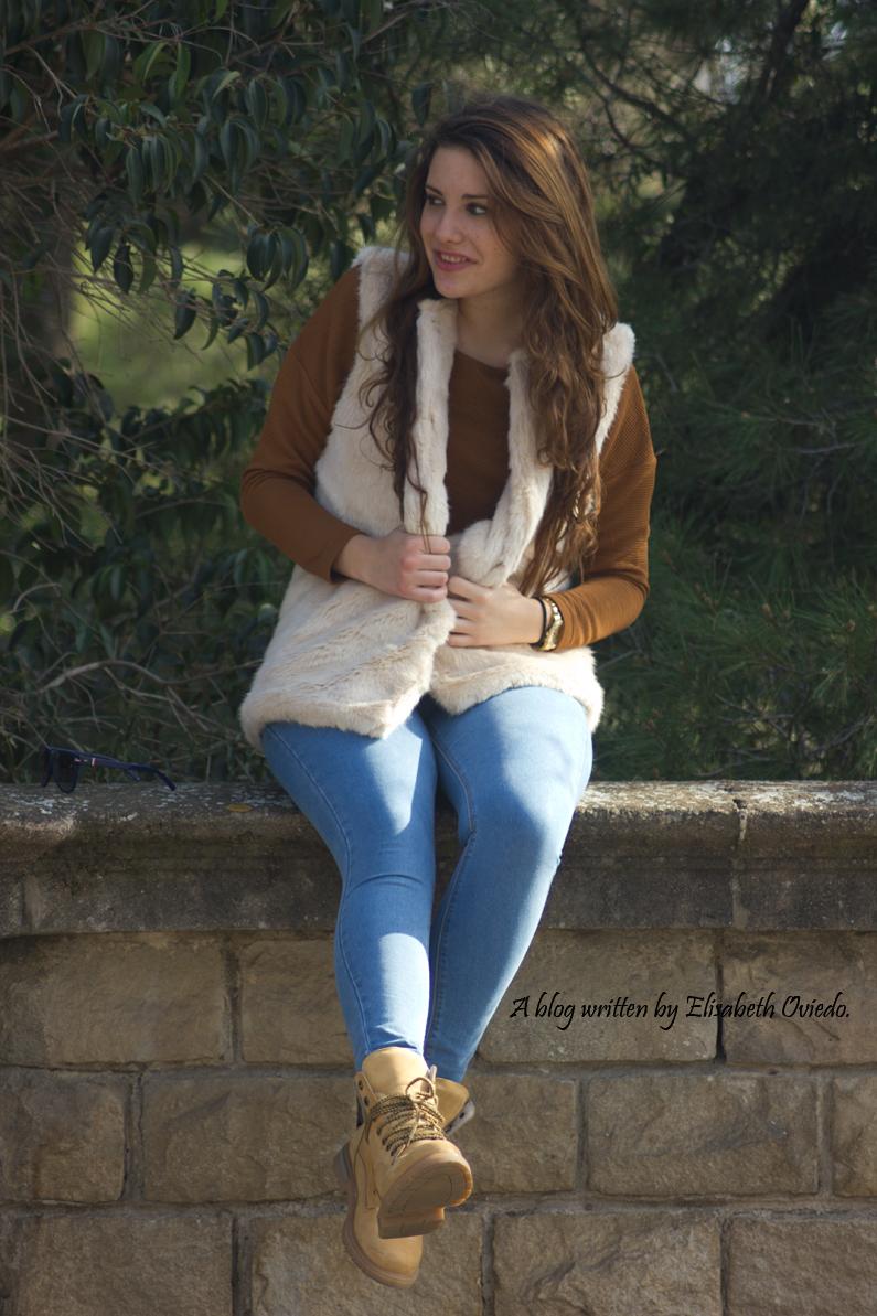 chaleco-de-pelos-blanco-jeans-y-botines-montaña-HEELSANDROSES-(2)