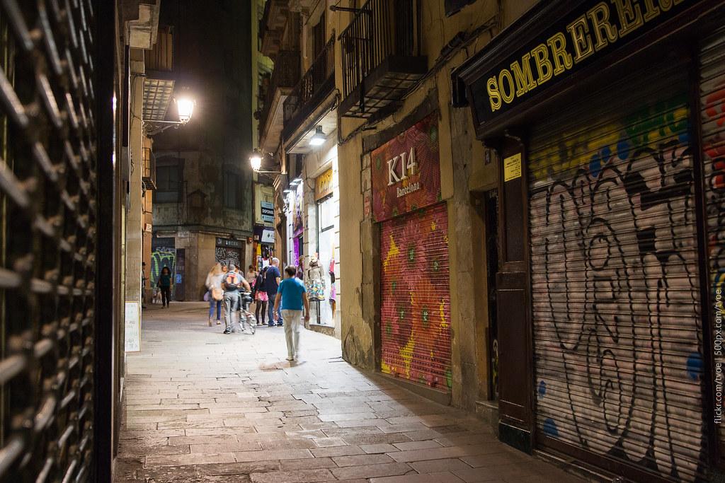 В старом городе Барселоны вечером