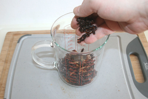 11 - Tomatenstreifen in Behälter geben / Put tomato stripes in measuring cup