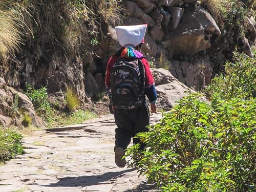 Lac Titicaca: un petit garçon de l'île de Taquile