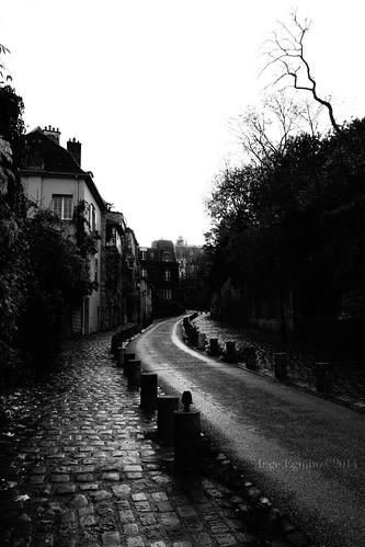 Des rues mouillées quand le jour se réveille à Montmartre