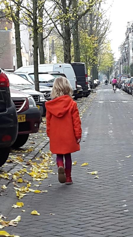 Ze loopt weg