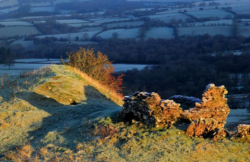 light cold castle sunshine wales sunrise nationalpark frost shadows earlymorning breconbeacons 180 hilltop blackmountains f20 castelldinas ymynyddoeddduon