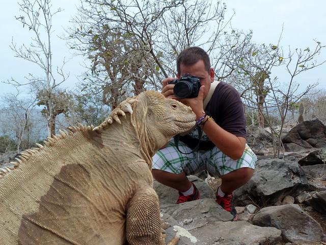 Sele fotografiando a una iguana en Santa Fe (Galápagos)