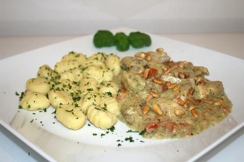 50 - Turkey chop in basil cream - Side view / Hähnchengeschnetzeltes in Basilikumrahm - Seitenansicht