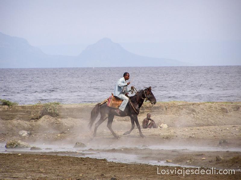 lagos de etiopia hombre a caballo en el lago shala