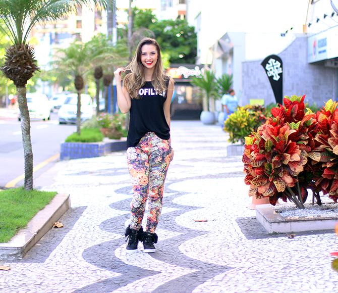 02-look doa dia calça estampa com tênis pelo petite jolie blog sempre glamour jana taffarel