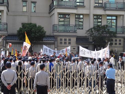 天上宮至林管處陳情抗議。(圖片來源:屏東林管處)