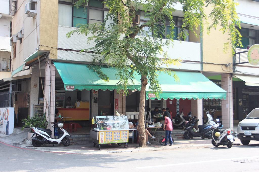 在一德路與復興路口交叉,這一家早餐店沒有店名,生意卻不錯,假日早餐還是有很多人上門吃早餐