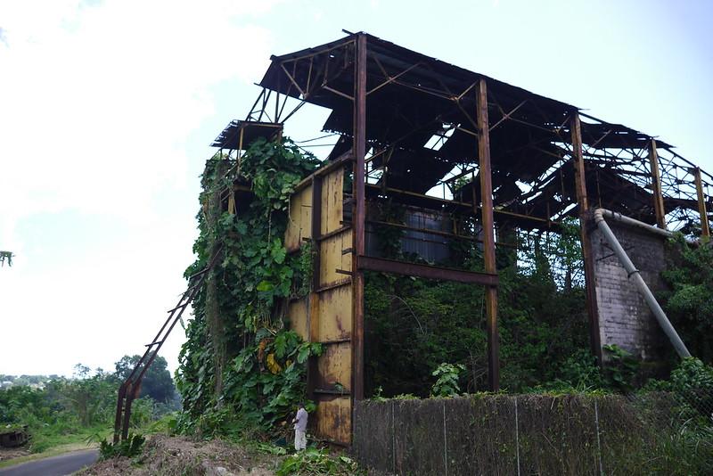 Un homme continue désespéramment d'entretenir les abords de l'usine désaffectée de Grosse Montagne