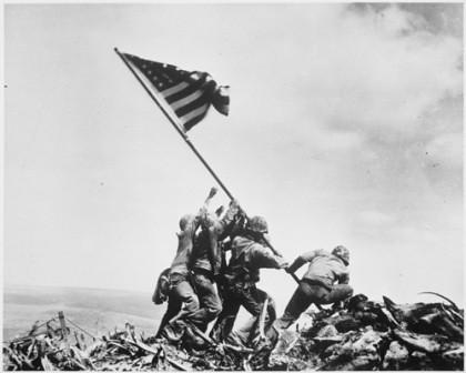 Bandera ondeando en Iwo Jima