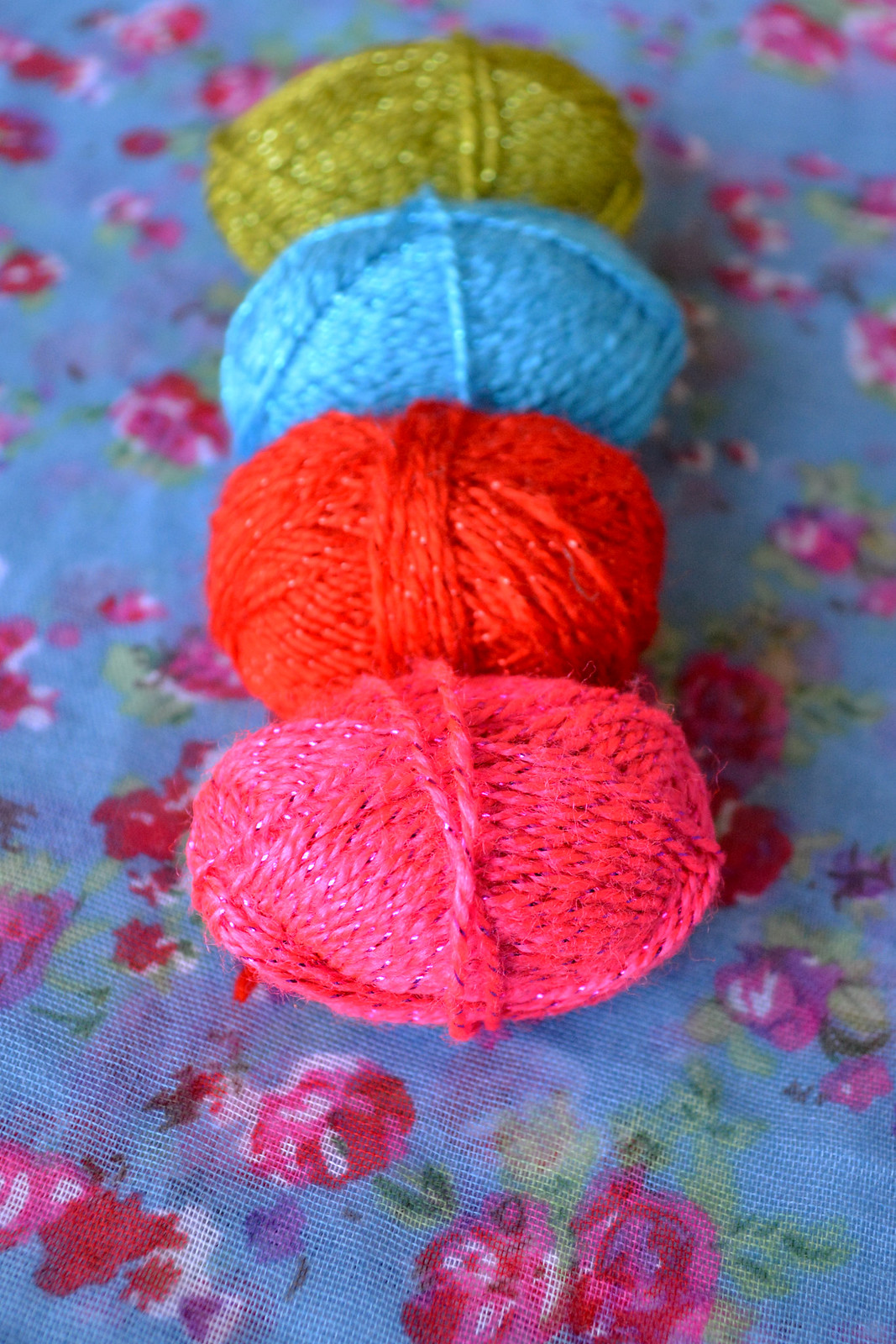 Sparkly neon yarn for fun and fresh string art Valentines cards // Lovely Wren