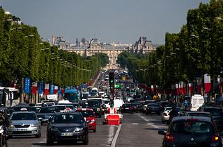 Avenue des Champs Elysées et Palais du Louvre