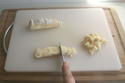 15 - Eine Hälfte des Brie würfeln / Dice one half of brie cheese