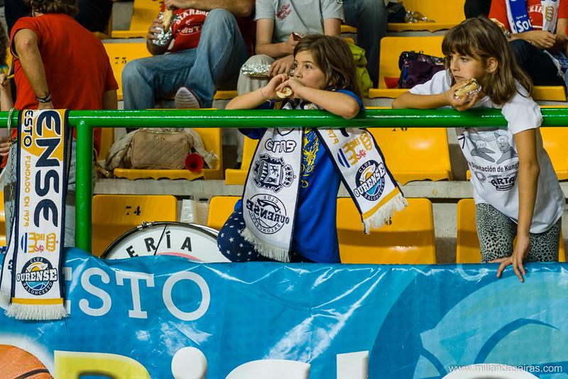 Momentos previos al partido con bufandas del club y bocatas en mano