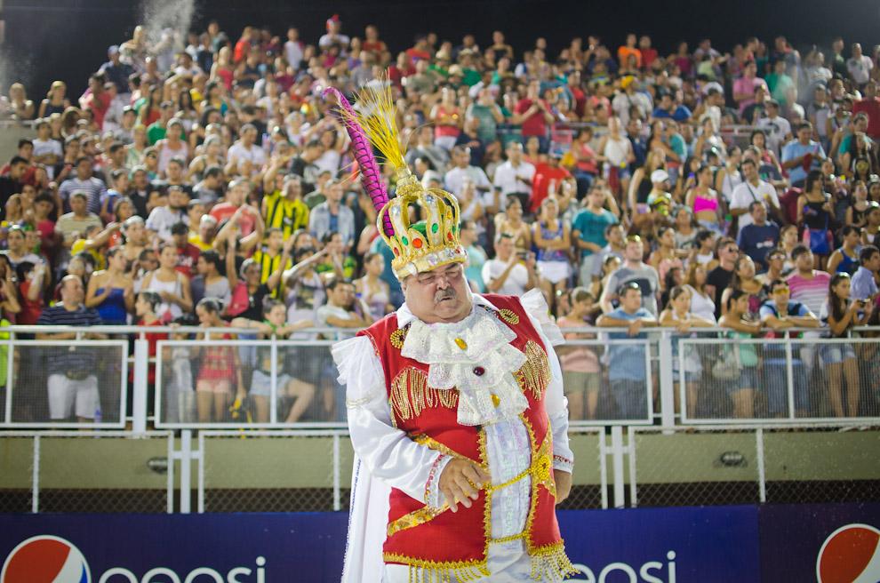 El Rey Momo hace su show para divertir al público presente durante el tercer fin de semana de los Corsos Encarnacenos mientras transcurría la presentación del Club Pettirossi. (Elton Núñez)