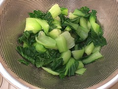 葉野菜はゆでて水気を切り、4cm長さに切っておきます