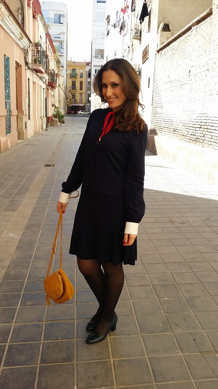 Rebajas, preppy, abrigo azul solapas botones mostaza, vestido camisero azul marino, lazada rojo, puños blancos, mocasines azules, mini bandolera, sales, coat dark blue, mustard lapels buttons, dark blue shirtwaist dress, lacing red, white cuffs, blue loafers, mini shoulder bag, El Ganso, Holy Preppy, Latouche, Stradivarius