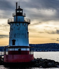 #tarrytown #sleepyhollow #lighthouse @andrawatkins #twilight #tappenzee #nᴇᴡ #tapanzeebridge