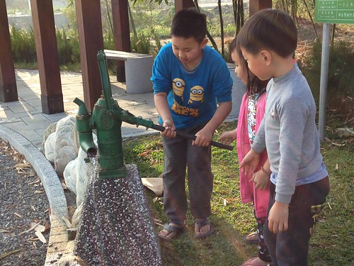 伏流水解說公園假日吸引社區小朋友來玩水。